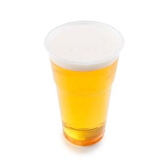 プラスチック製の使い捨てカップに入ったビール、エール、またはラガー