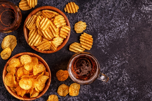 Пиво и хрустящие картофельные чипсы на камне.