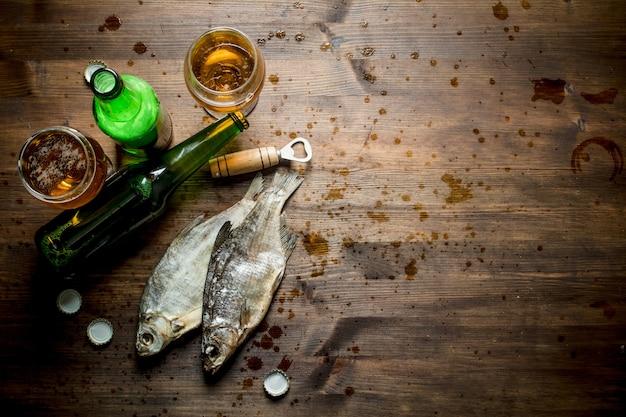 素朴なテーブルの上のビールと干物