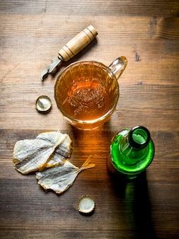 ビールと干物。木製の背景に