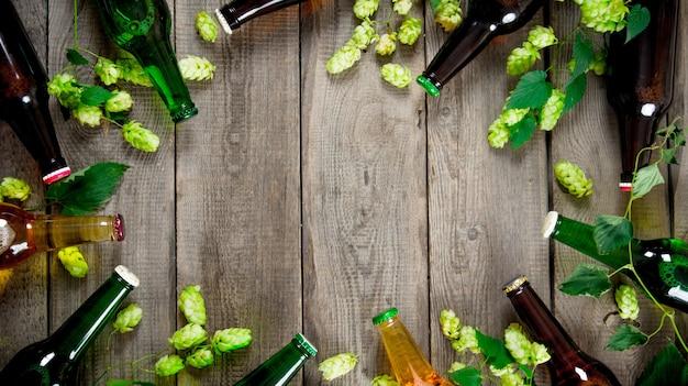 木製のテーブルでビールとグリーンホップ。上面図