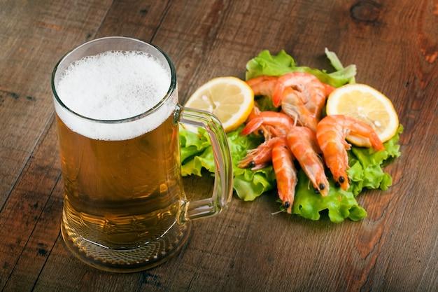 テーブルの上のビールとエビ