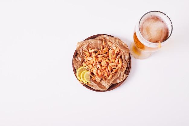 白地にビールとエビ。