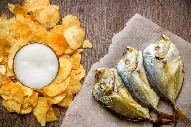 맥주와 스낵 세트: 칩과 생선. 평면도. 정물. 플랫 레이