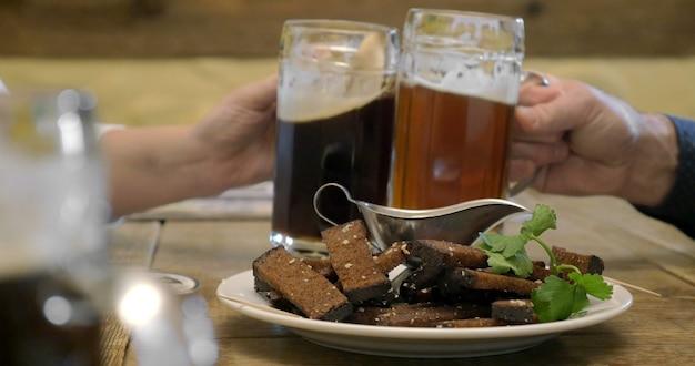 Пиво и гренки со сливочным соусом в кафе