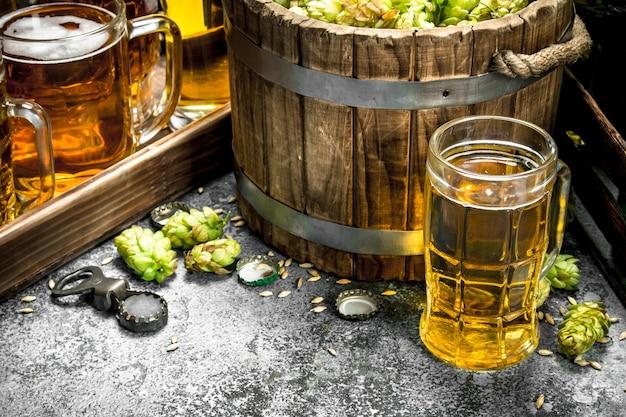 맥주 배경. 재료와 신선한 맥주. 소박한 배경.