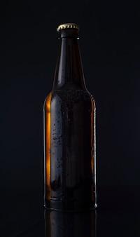 검정색 배경에 맥주 botle 검정색 배경에 맥주 한 병입니다. 광고 사진