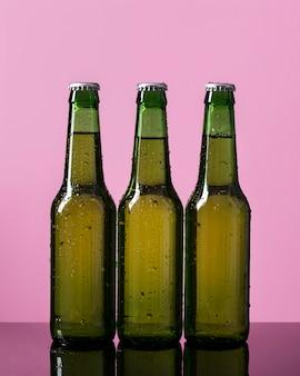 テーブルの上のビール瓶コレクション