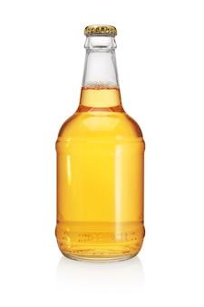白い背景で隔離のビール瓶。透明、ラベルなし。