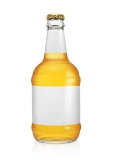 ビール瓶が分離されました。透明できれいなラベル、水滴。