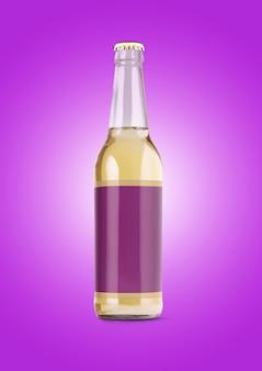 紫色の背景に空白のラベルが付いたビール瓶のモックアップ。オクトーバーフェストのコンセプト。