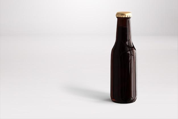 흰색 바탕에 빈 레이블이 있는 맥주 병 모형. 옥토버 페스트 개념입니다.