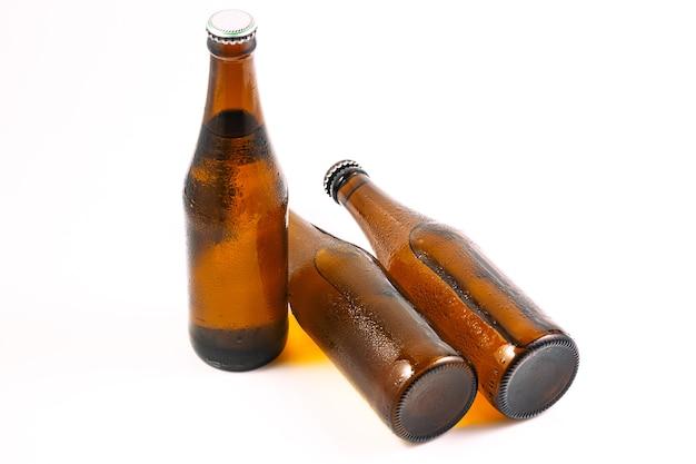 白い背景の上のビール瓶コピースペースのあるビール瓶
