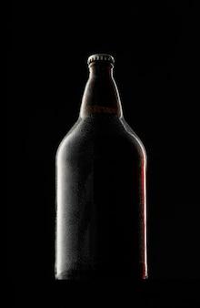 Пивная бутылка на темном