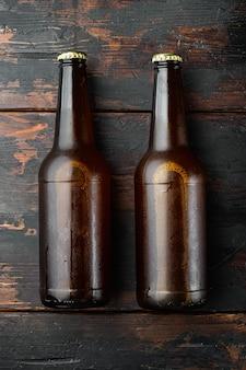ビール瓶セット、古い暗い木製のテーブル、上面図フラットレイ