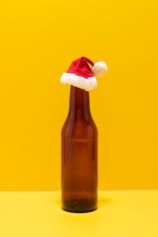 Пивная бутылка с новогодней шапкой изображала праздники