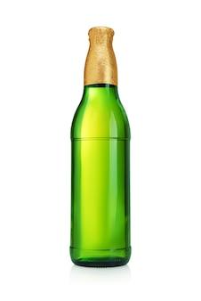 白い表面に分離されたラベルのない金箔のトップとビール瓶。緑のガラス