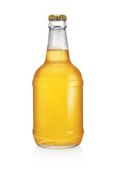 白い表面で隔離の長い首を持つビール瓶。透明、ラベルなし、水滴。