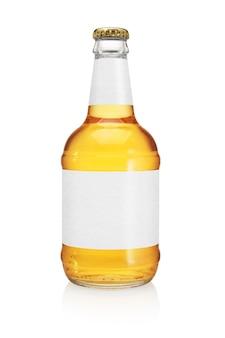 白で隔離の長い首を持つビール瓶