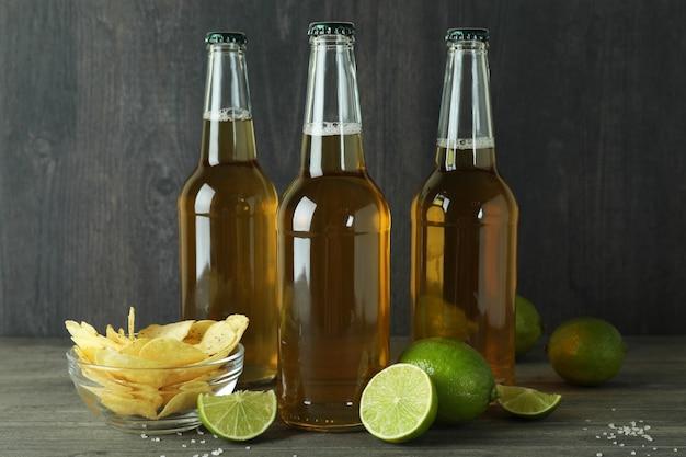 暗い背景の木のビール瓶とスナック