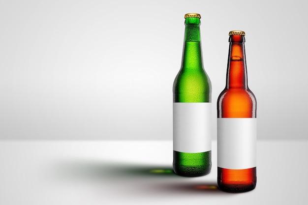 長い首と空白のラベルのモックアップ広告が付いた茶色と緑色のビール瓶