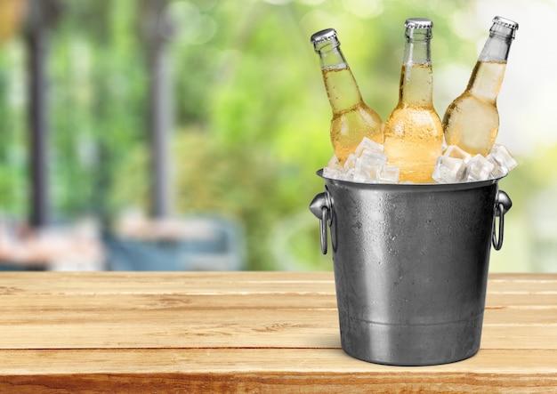 氷の上のビール瓶