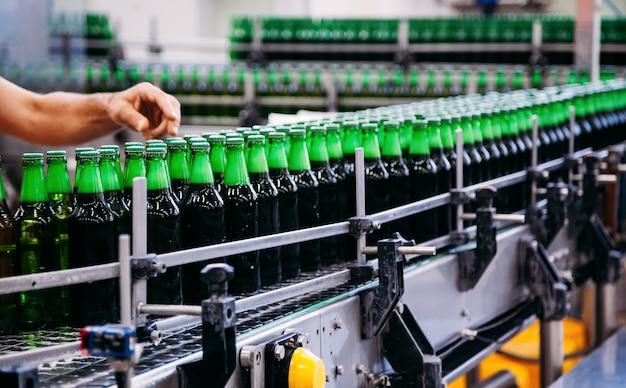コンベア上のビール瓶