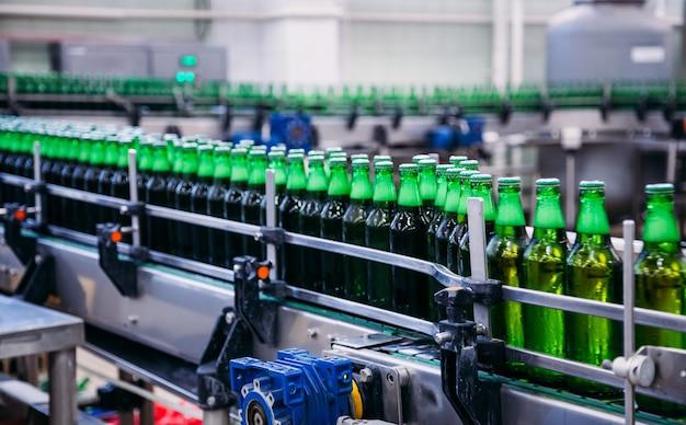 工場のコンベア上のビール瓶