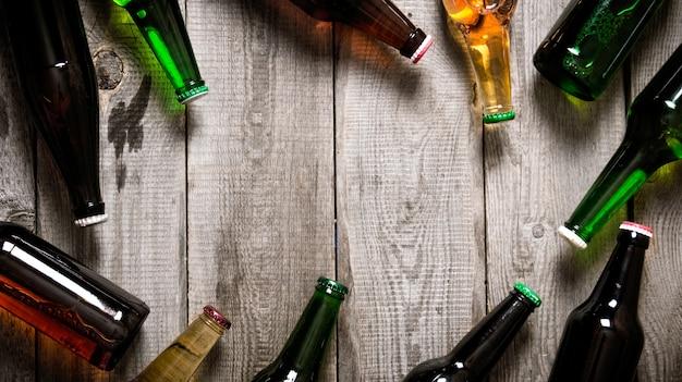 Пивные бутылки на деревянном столе.