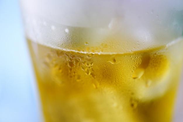 ビールグラス - 水ドロップと泡ビールジョッキのクローズアップ Premium写真