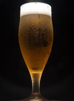 맥주, 어두운 배경으로 시원한 맥주 한잔