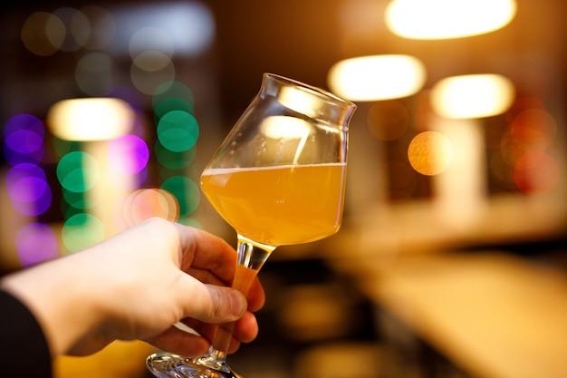 얇은 다리를 손에 들고 맥주 잔.