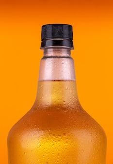 オレンジ色に分離されたラガービールを内部に持つビール栽培者。