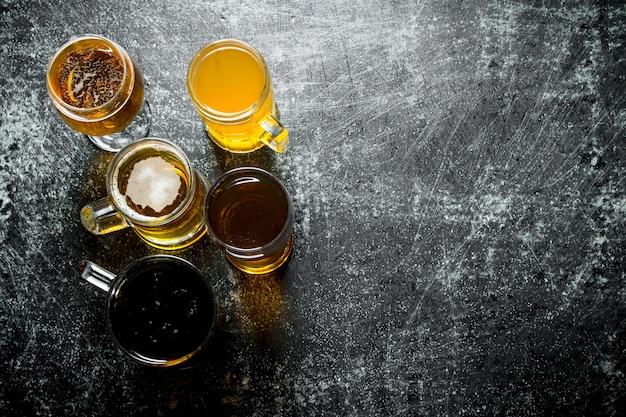 素朴なテーブルの上のさまざまなグラスのビール