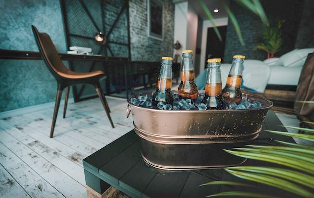 Пиво стоит в офисе. и гостиная. 3d визуализации и иллюстрации.
