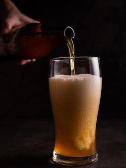 맥주를 유리 잔에 부어