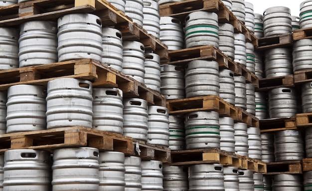 Botti di birra in righe