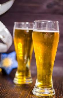 クリスマスの背景にグラスでビールライト