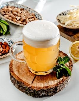 テーブルの上のビールジョッキ