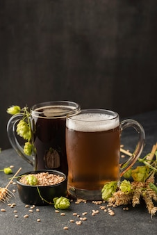 Disposizione di boccali di birra con semi