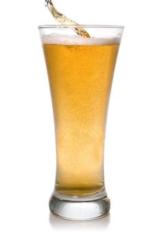 白で隔離のガラスに注ぐビール
