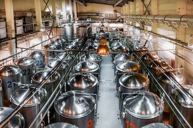 맥주 생산 공장, 여러 줄의 강철 탱크. 위에서 볼 수 있습니다. 톤 이미지