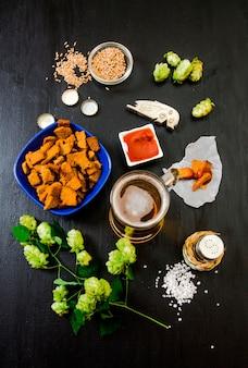 ビールセット。ビール、クラッカー、ケチャップ、塩のグラス。上面図