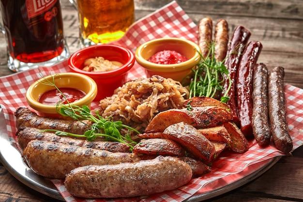 Пивной набор из колбас на гриле с картофельными дольками тушеной капусты и соусами