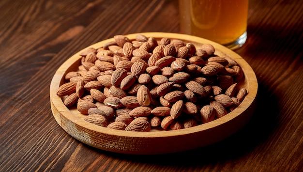 Закуска к пиву - соленый миндаль в деревянной тарелке
