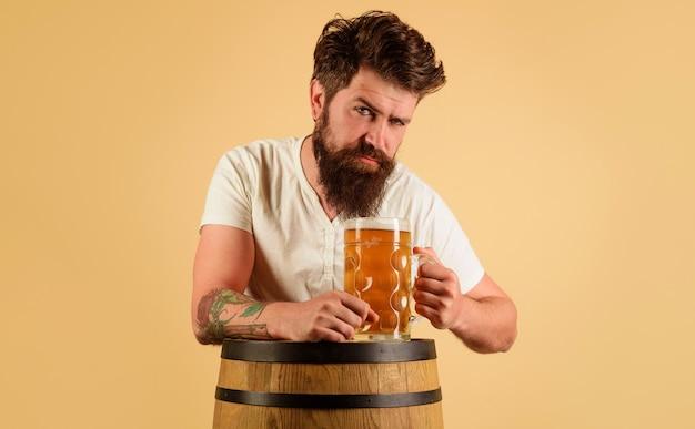 Время пива. бородатый мужчина с бокалом пива. праздник, напитки, алкоголь и концепция досуга. фестиваль октоберфест.