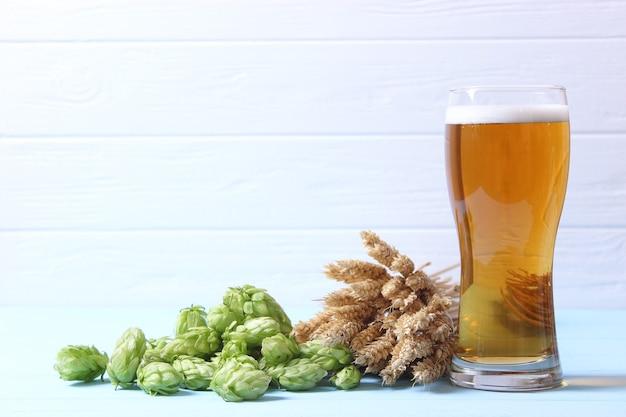 Пиво пшеничное и хмель на столе