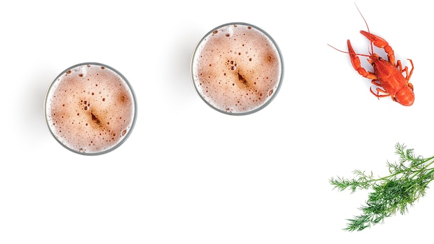 白い背景にゆでザリガニとビール
