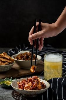 바삭한 생선 전채 요리, 세계 맥주의 날 맥주.