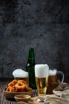 Пиво с хрустящими рыбными закусками, всемирный день пива.